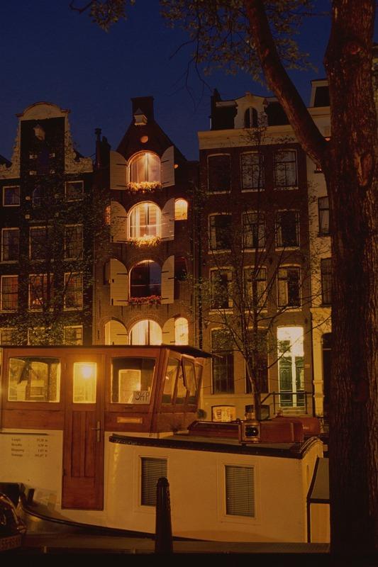 Gracht mit Hausboot bei Nacht, Amsterdam, Juni 2006