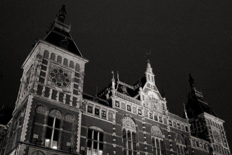 Amsterdam Hauptbahnhof / Amsterdam central station, Amsterdam, 26. Juni 2006, etwa 4:45 Uhr