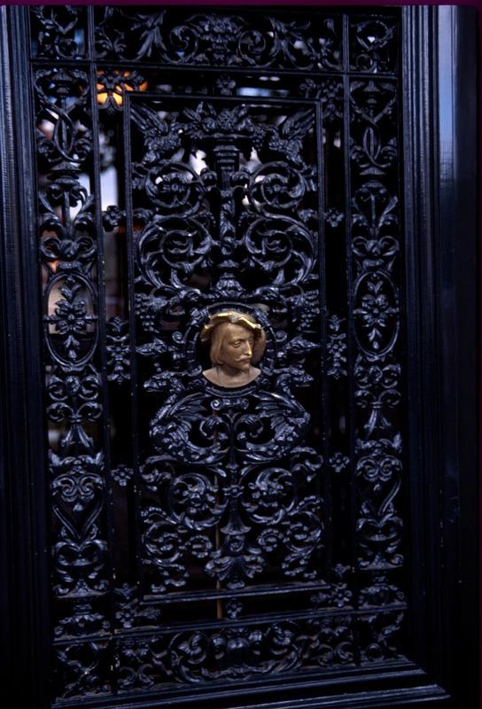 Goldener Kopf an Tür