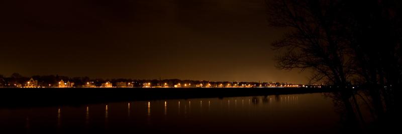 Blick über die Elbe bei Nacht
