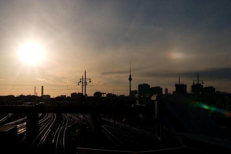 Fernsehturm zwischen Sonne und Nebensonne