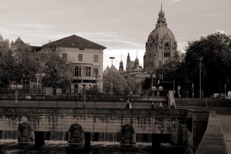 Blick über die Leine zum neuen Rathaus