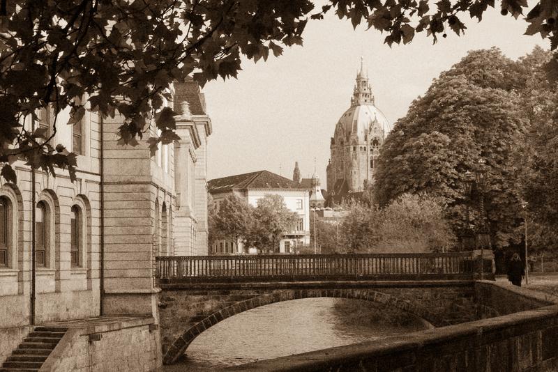 Leineschloss, Rathaus und Spaziergängerin