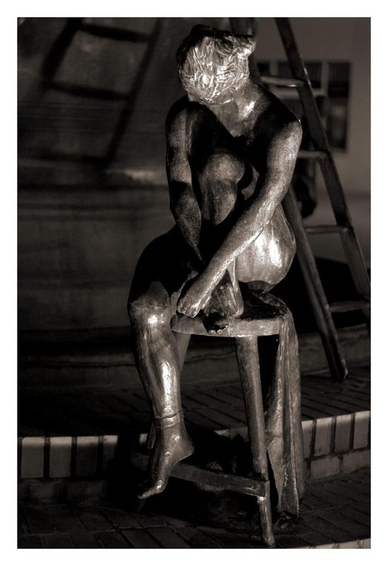 Nackte Frau am Brunnen