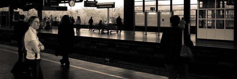 Wartende am Bahnhof Zoo