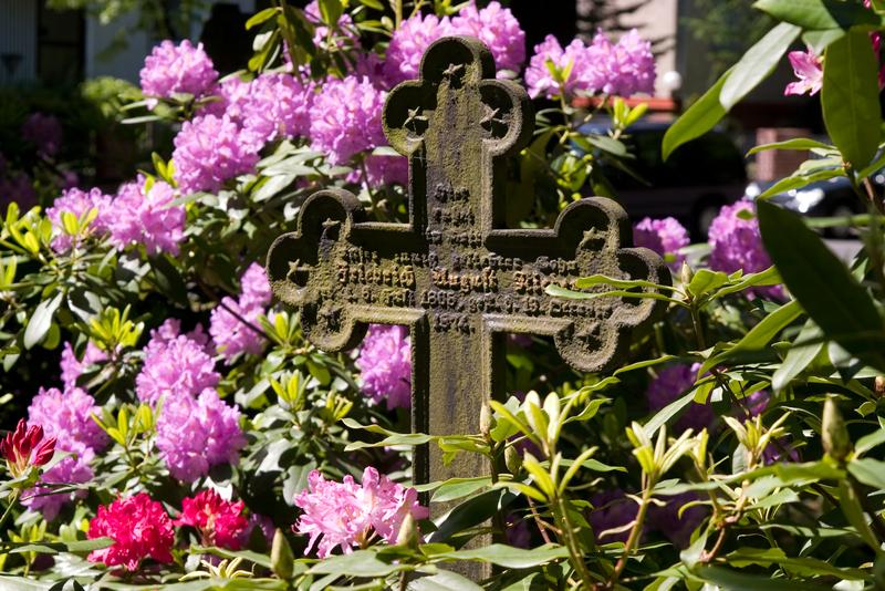 Blumengeschmücktes Grab an der wittenauer Kirche