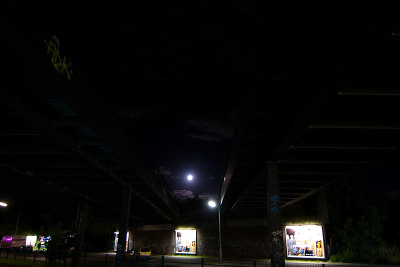 Mond zwischen S-Bahnbrücken