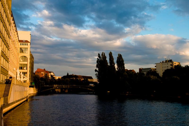 Heiter bis wolkig im Sonnenuntergang