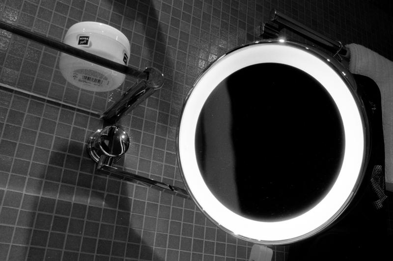 Hotelzimmerbad II - Spiegel und Feuchtigkeitskrem