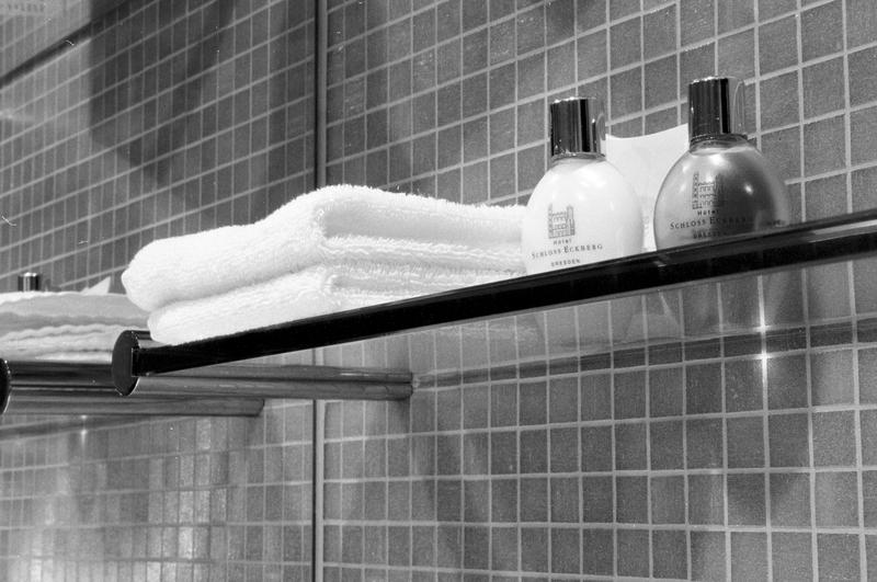 Hotelzimmerbad III - Handtücher und Einwegkosmetika